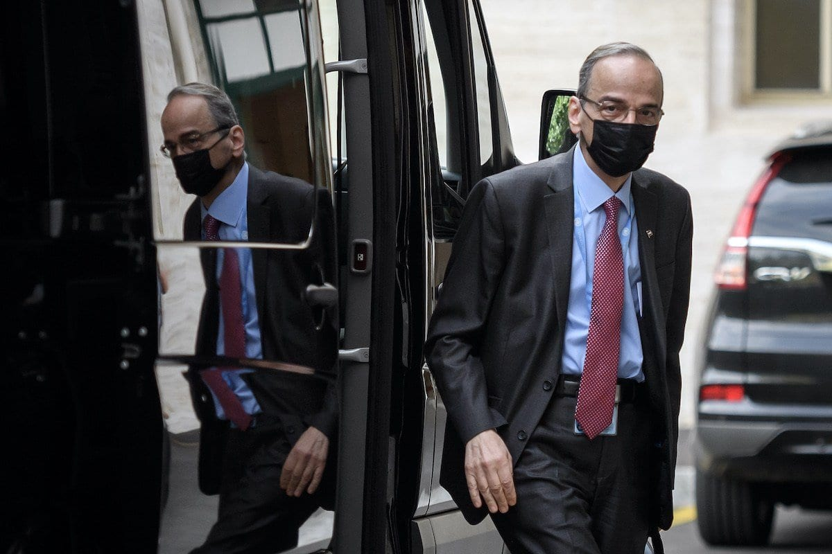 Hadi al-Bahra, chefe da Comissão de Negociações da Oposição Síria, chega a encontro do Comitê Constitucional da Síria no escritório das Nações Unidas, em Genebra, Suíça, 24 de agosto de 2020 [Fabrice Coffrini/AFP/Getty Images]