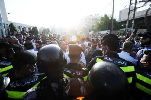 Polícia jordaniana fecha as ruas atingindo a área do gabinete do primeiro-ministro, em 29 de julho de 2020 em Amã, Jordânia [Jordan PIx/ Getty Images]