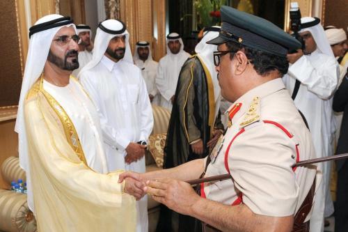 Sheikh Mohammed bin Rashid al-Maktoum (esq), vice-presidente e primeiro-ministro dos Emirados Árabes Unidos e governante de Dubai, e seu irmão Sheikh Ahmed bin Rashid al-Maktoum (2 esq.), cumprimentam o tenente-geral da polícia de Dubai, Dhahi Khalfan Tamim (dir.), no Palácio Zabeel em Dubai, em 30 de setembro de 2008, por ocasião do Eid Al-Adha. [AFP via Getty Images]