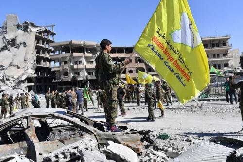 Membros das Forças Democráticas da Síria ( SDF na sigla em inglês) seguram sua bandeira na Síria em 17 de outubro de 2017 [Bulent Kilic AFP / Getty Images]