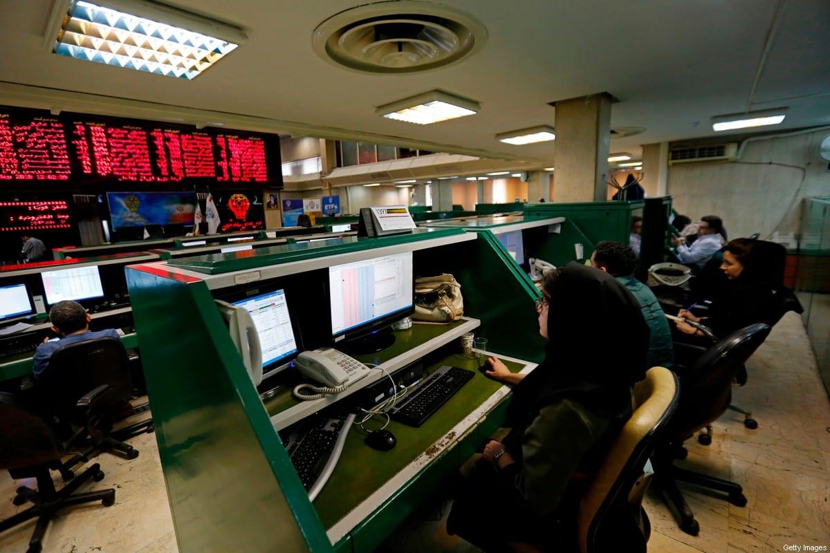 Agentes do mercado financeiro monitoram ações em Teerã, capital do Irã, 8 de maio de 2018 [Atta Kenare/AFP/Getty Images]
