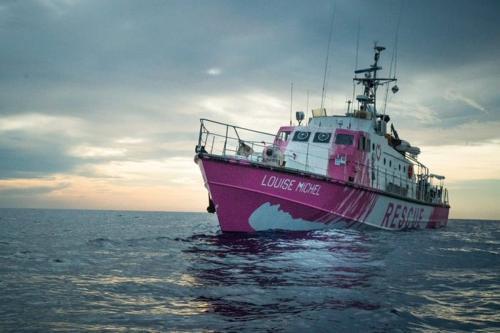 O artista de rua Banksy adquiriu um barco de resgate, chamado Louise Michel, para salvaguardar refugiados em situação de risco, que tentam chegar à Europa do Norte da África, 25 de agosto de 2020 [MV Louise Michel/Twitter]