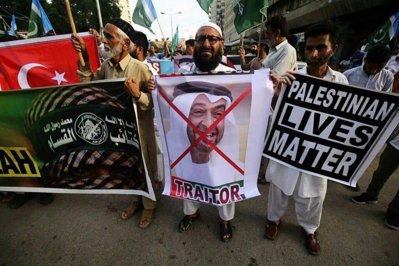 Paquistaneses se reúnem para protestar contra o acordo de normalização assinado entre os Emirados Árabes Unidos e Israel. Em 16 de agosto de 2020 [mustpakistan/ Twitter]