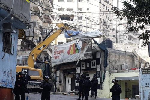 Forças de ocupação iniciando demolições de dezesseis lojas comerciais no campo de Shuafat na Jerusalém ocupada [Facebook]