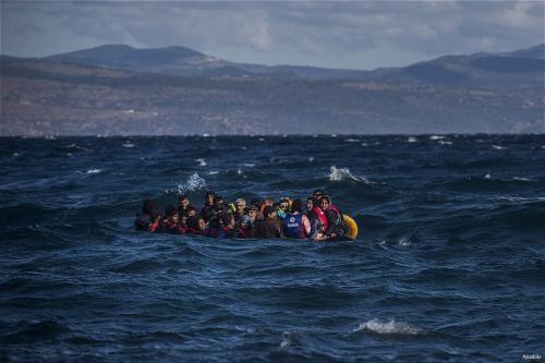 Refugiados em barcos infláveis tentam chegar à Grécia [foto de arquivo]