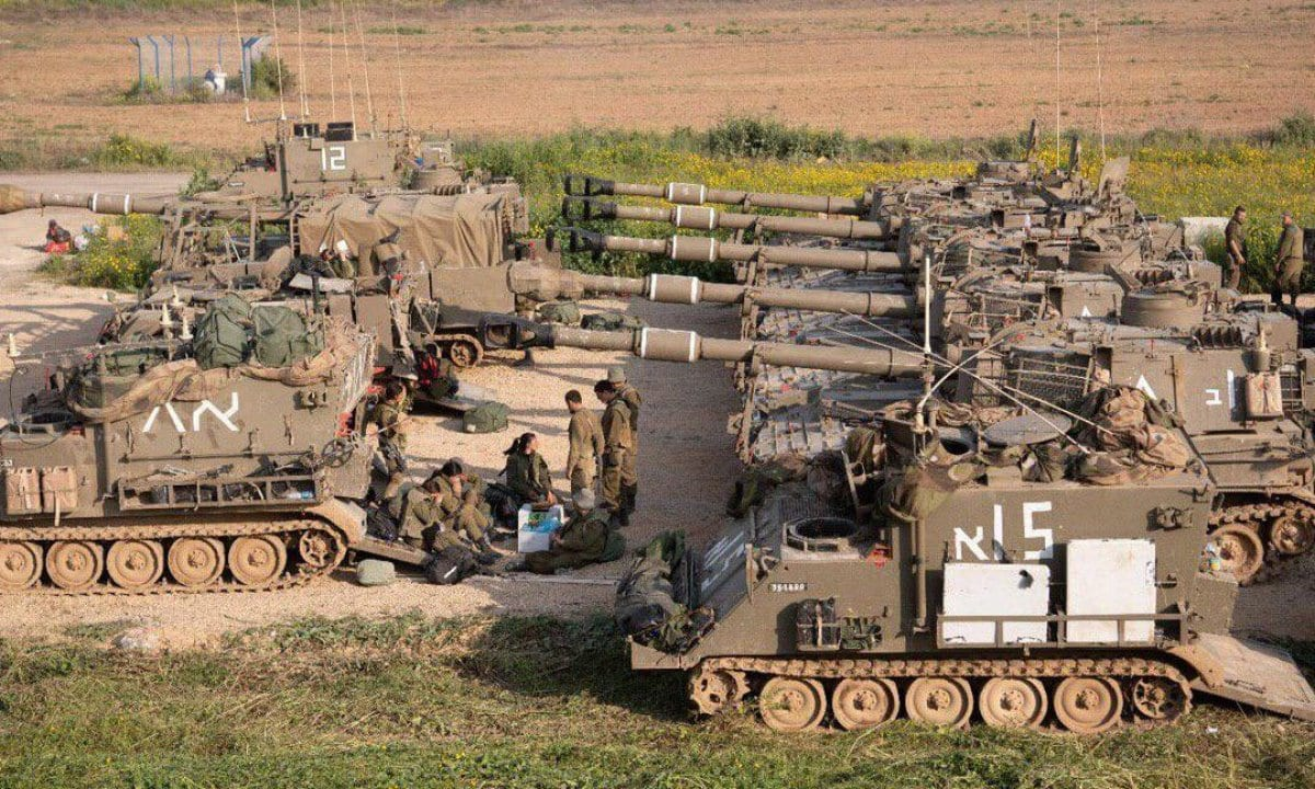 Reforços militares israelenses, tanques e unidades de artilharia podem ser vistos na cerca de Gaza, em 28 de março de 2019 [Monitor do Oriente Médio]