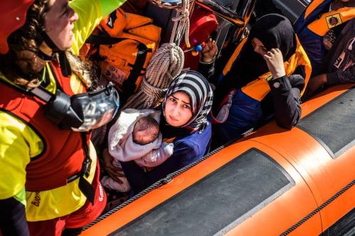 Refugiados são vistos após serem resgatados do Mar Mediterrâneo em 15 de junho de 2017 [Agência Marcus Drinkwater/ Agência Anadolu]