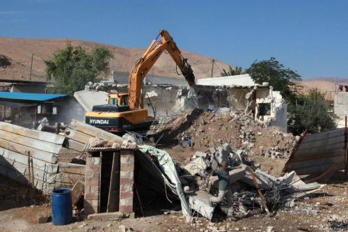 Escavadeira israelense destrói uma casa palestina na Cisjordânia. Em 7 de novembro de 2017 [Nedal Eshtayah/Agência Anadolu]