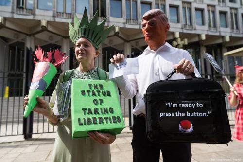 Manifestantes participam de protesto contra Donald Trump, em frente à Embaixada dos Estados Unidos em Londres, Reino Unido, 11 de agosto de 2017 [Ray Tang/Agência Anadolu]