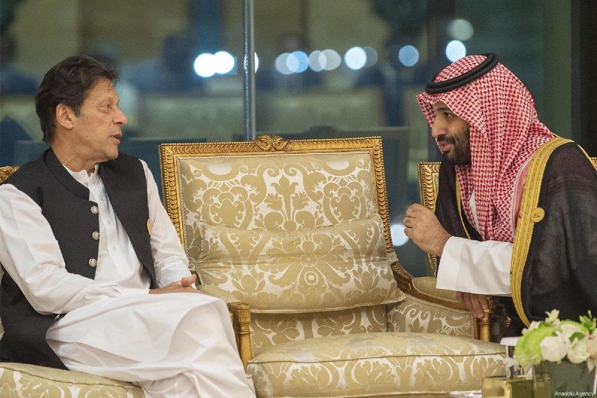 O príncipe herdeiro da Arábia Saudita Mohammad Bin Salman Al Saud (R) conversa com o primeiro-ministro do Paquistão, Imran Khan em Meca, Arábia Saudita em 1 de junho de 2019 [Bandar Algaloud/ Agência Anadolu ]