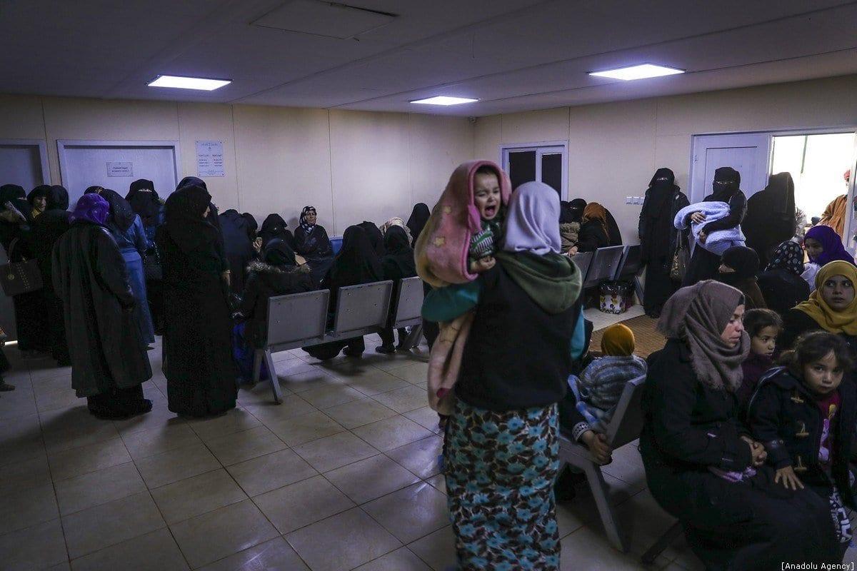Famílias sírias aguardam tratamento médico para seus filhos em centro de saúde, em um campo que acolhe famílias sírias que foram forçadas a se deslocar devido aos ataques perpetrados pelo regime de Assad e pela Rússia. Idlib, Síria, 09 de janeiro de 2020. [Esra Hacioğlu - Agência Anadolu]