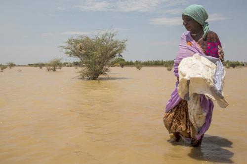 Mulher em área submersa, após enchentes no Sudão, 3 de agosto de 2020 [Mahmoud Hjaj/Agência Anadolu]