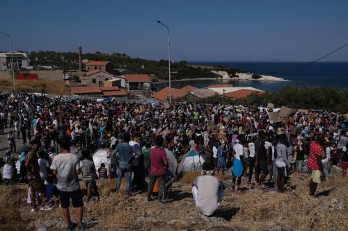 Refugiados e migrantes do campo de Moria protestam contra as condições de vidaao perderem o abrigo após um incêndio destruir o lugar, na ilha grega de Lesbos, na Grécia, em 11 de setembro de 2020. [Aggelos Barai - Agência Anadolu]