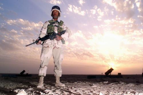 Uma tropa espacial dos EUA perto da Base Aérea Al-Udeid, próxima a Doha, Catar, 15 de fevereiro de 2003 [Terry L. Blevins / USA Imagens da Força Aérea / Getty].