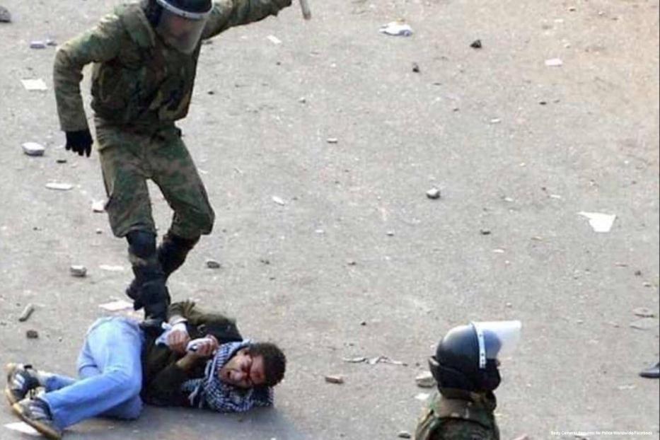 Forças do Egito são flagradas em agressão brutal contra um civil, em 23 de maio de 2015 [Body Cameras Required for Police Worldwide/Facebook]