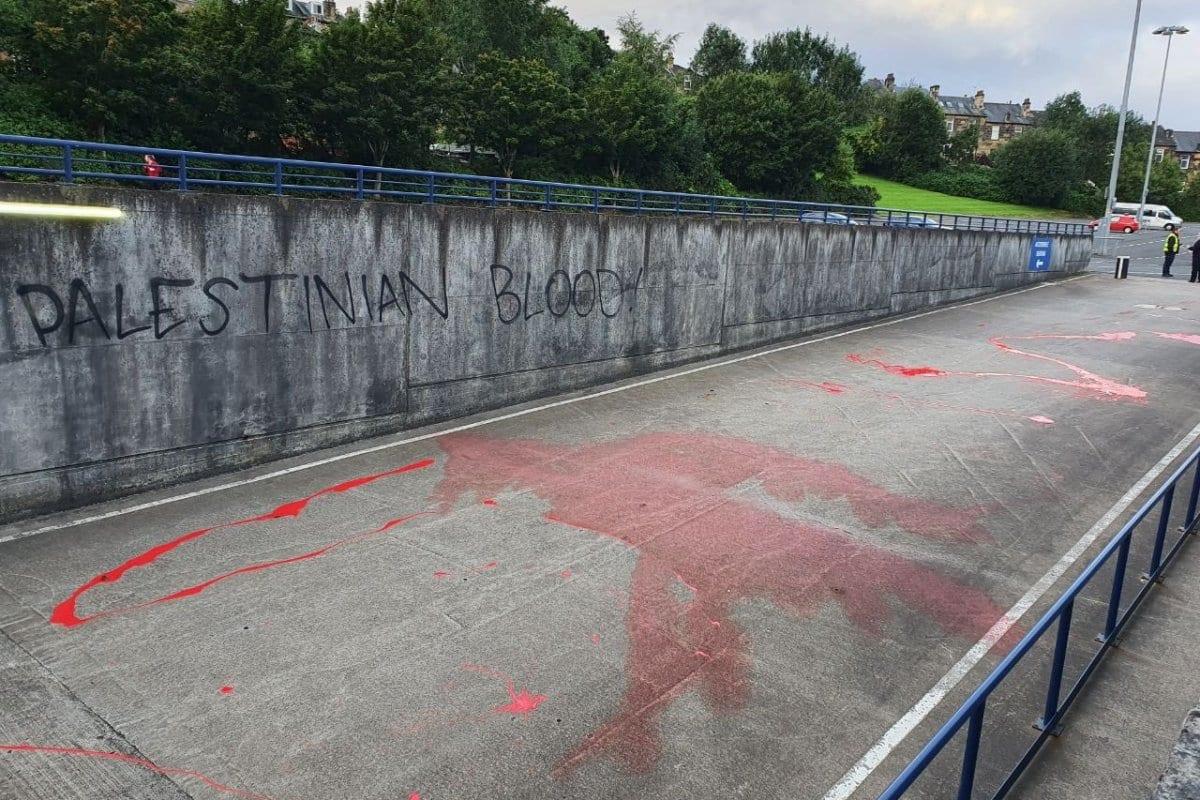 Tinta vermelha, simbolizando o 'sangue palestino', é espalhada no caminho da seleção de futebol israelense, às vésperas de uma partida da Liga das Nações, no estádio Hampden Park, em Glasgow, Escócia, 4 de setembro de 2020 [Liam O'Hare/Twitter]