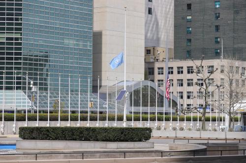 Bandeira da ONU a meio mastro na sede da entidade, durante surto do covid-19, em Nova Iorque, Estados Unidos, 17 de abril de 2020 [Europa Newswire/Gado/Getty Images]