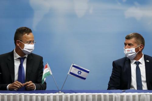 Ministro de Relações Exteriores de Israel Gabi Ashkenazi (à direita) e sua contraparte húngara Peter Szijjarto, em reunião em Jerusalém, 20 de julho de 2020 [Ronen Zvulun/AFP/Getty Images]