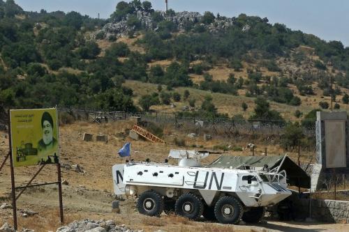 Veículo da Força Interina das Nações Unidas no Líbano (UNIFIL), em patrulha na aldeia de Shebaa, sul do Líbano [Mahmoud Zayyat/AFP/Getty Images]