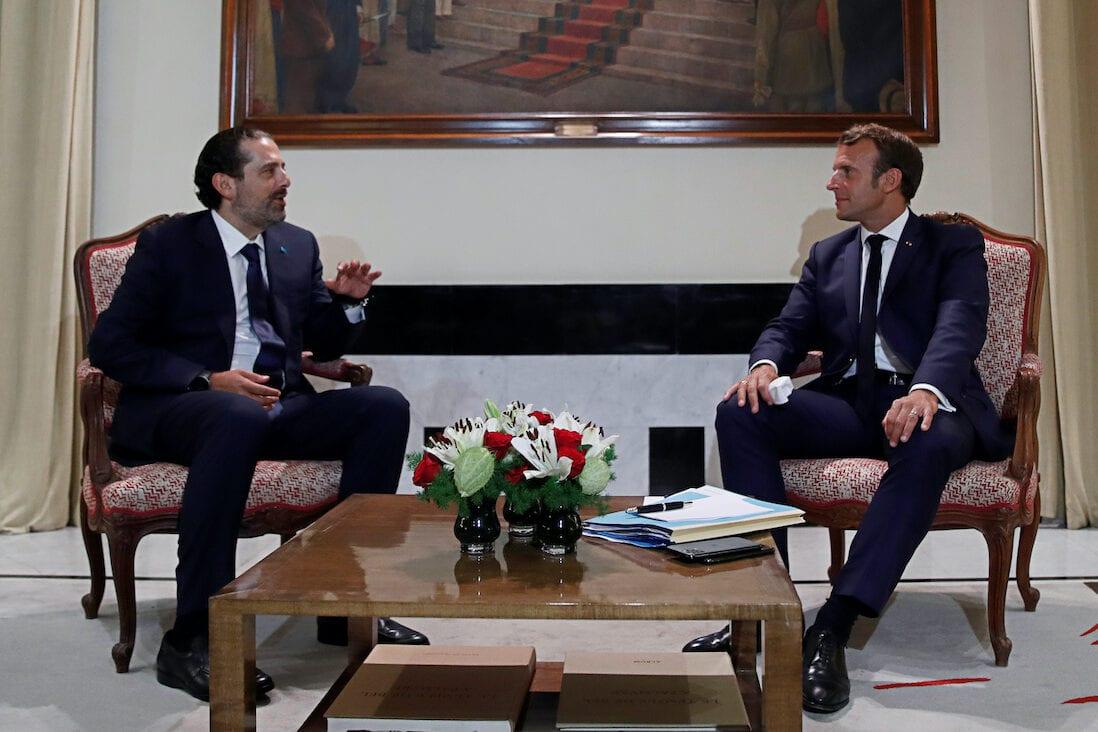 Presidente da França Emmanuel Macron encontra-se com o ex-Primeiro-Ministro do Líbano Saad Hariri, no Palácio dos Pinheiros, residência oficial do embaixador francês em Beirute, 31 de agosto de 2020 [Gonzalo Fuentes/AFP/Getty Images]