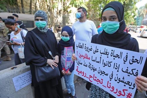 Parentes de detidos na prisão de Roumieh protestam em frente ao Ministério da Justiça do Líbano, reivindicando anistia geral e proteção aos presos após surto de coronavírus na instalação carcerária, na capital Beirute, 14 de setembro de 2020 [Anwar Amro/AFP/Getty Images]