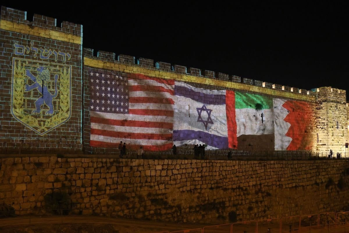 Bandeiras dos Estados Unidos, Israel, Emirados Árabes Unidos e Bahrein são projetadas nos muros da Cidade Velha de Jerusalém ocupada, como demonstração de apoio aos acordos de normalização entre Israel e estados árabes, em 15 de setembro de 2020 [Menahem Kahana/AFP/Getty Images]