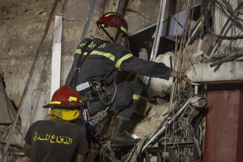 Equipes de resgate libanesas retornam a um edifício destruído com o objetivo de encontrar um potencial sobrevivente da explosão de Beirute, um mês após o desastre, na capital do Líbano, 4 de setembro de 2020 [Sam Tarling/Getty Images]