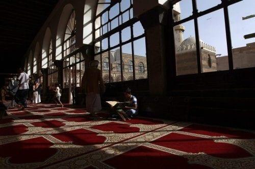 Os iemenitas passam um tempo na Grande Mesquita na cidade velha da capital Sanaa, durante o mês sagrado de jejum, o Ramadã, em 7 de junho de 2016 [MOHAMMED HUWAIS / AFP via Getty Images].