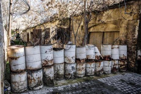 Funcionário das Nações Unidas passa por um posto de controle na chamada Linha Verde, zona neutra da ONU que divide a capital Nicósia entre gregos e turco-cipriotas, em 24 de abril de 2004 [Scott Barbour/Getty Images]