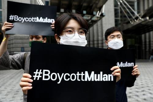 """Manifestantes participam de um comício pedindo um boicote de o remake de """"Mulan"""" em em frente ao escritório da Walt Disney na Coreia em 1º de julho de 2020 [Chung Sung-Jun / Getty Images]"""