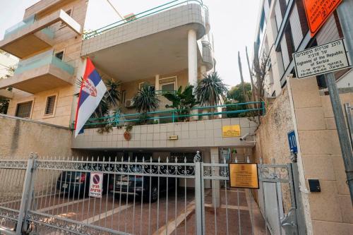 Embaixada da República da Sérvia em Tel Aviv em 5 de setembro de 2020 [Jack Guez/ AFP/ Getty Images]