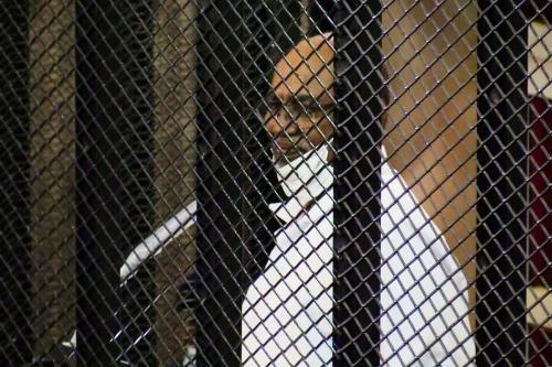 Presidente deposto do Sudão Omar al-Bashir, durante julgamento em Cartum, 1° de setembro de 2020 [Mahmoud Hjaj/Agência Anadolu]