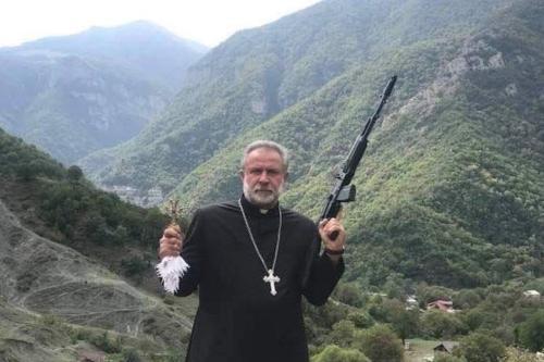 A imagem de um sacerdote armado usada pela Armênia no Twitter e o Azerbaijão declara o estado de guerra [Armênia / Twitter]