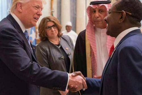 Presidente dos Estados Unidos Donald Trump encontra-se com o representante da presidência sudanesa em Riad, Arábia Saudita, 21 de maio de 2017
