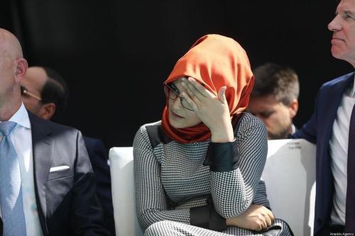 Hatice Cengiz participa de uma cerimônia em frente ao consulado saudita no primeiro aniversário do assassinato de seu noivo, Jamal Khashoggi. Istambul, Turquia, em 2 de outubro de 2019 [Arif Hüdaverdi Yaman / Agência Anadolu]