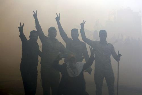 Manifestantes iraquianos invadem a Embaixada dos Estados Unidos de Bagdá, em protesto contra ataques de Washington contra batalhões armados pertencentes ao grupo Hashd al-Shaabi, ligado ao Irã, em 31 de dezembro de 2019 [Murtadha Sudani/Agência Anadolu]