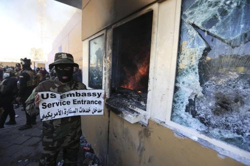 Manifestantes iraquianos indignados invadem a Embaixada dos EUA em Bagdá, no Iraque em 31 de dezembro de 2019 [Agência Murtadha Sudani/ Anadolu]