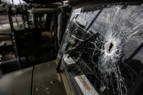 Buraco de bala na janela de um veículo militar armênio, abandonado após confrontos na fronteira azeri, em Yevlakh, Azerbaijão, 7 de outubro de 2020 [Onur Çoban/Agência Anadolu]