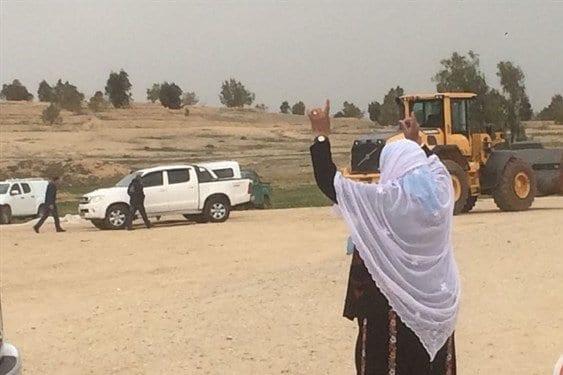 Mulher da aldeia beduína gesticula contra os tratores israelense, na aldeia de Al-Araqib, em 4 de abril de 2019 [Ma'an News]