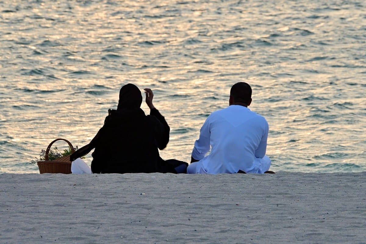 Casal assiste o pôr-do-sol em Dubai, Emirados Árabes Unidos, 26 de agosto de 2020 [Giuseppe Cacace/AFP/Getty Images]