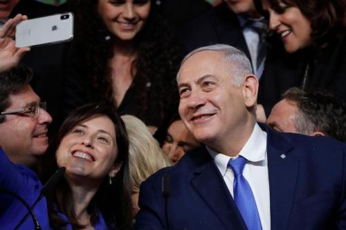 Primeiro-ministro de Israel Benjamin Netanyahu e então vice-ministra de Relações Exteriores Tzipi Hotovely posam para uma selfie na noite da eleição, na sede do partido Likud, em Tel Aviv, 10 de abril de 2019. [Thomas Coex/AFP/Getty Imagens]