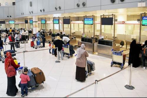 Passageiros formam fila no Aeroporto Internacional do Kuwait, na Cidade do Kuwait, 5 de maio de 2020 [Yasser al-Zayyat/AFP/Getty Images]