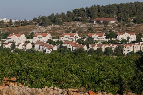Foto 30 de junho de 2020 na vila de al-Khader na Cisjordânia, perto da cidade bíblica de Belém, mostra o assentamento israelense ilegal de Efrat [Hazem Bader/ AFP via Getty Images]