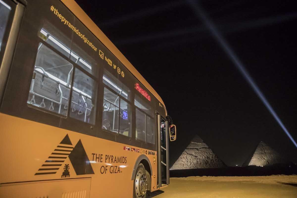 Pirâmides de Quéops e Quéfren, na necrópole de Gizé, durante cerimônia oficial de lançamento das operações-teste do primeiro ônibus elétrico no ponto turístico, a sudoeste do Cairo, capital do Egito, 20 de outubro de 2020 [Khaled Desouki/AFP/Getty Images]