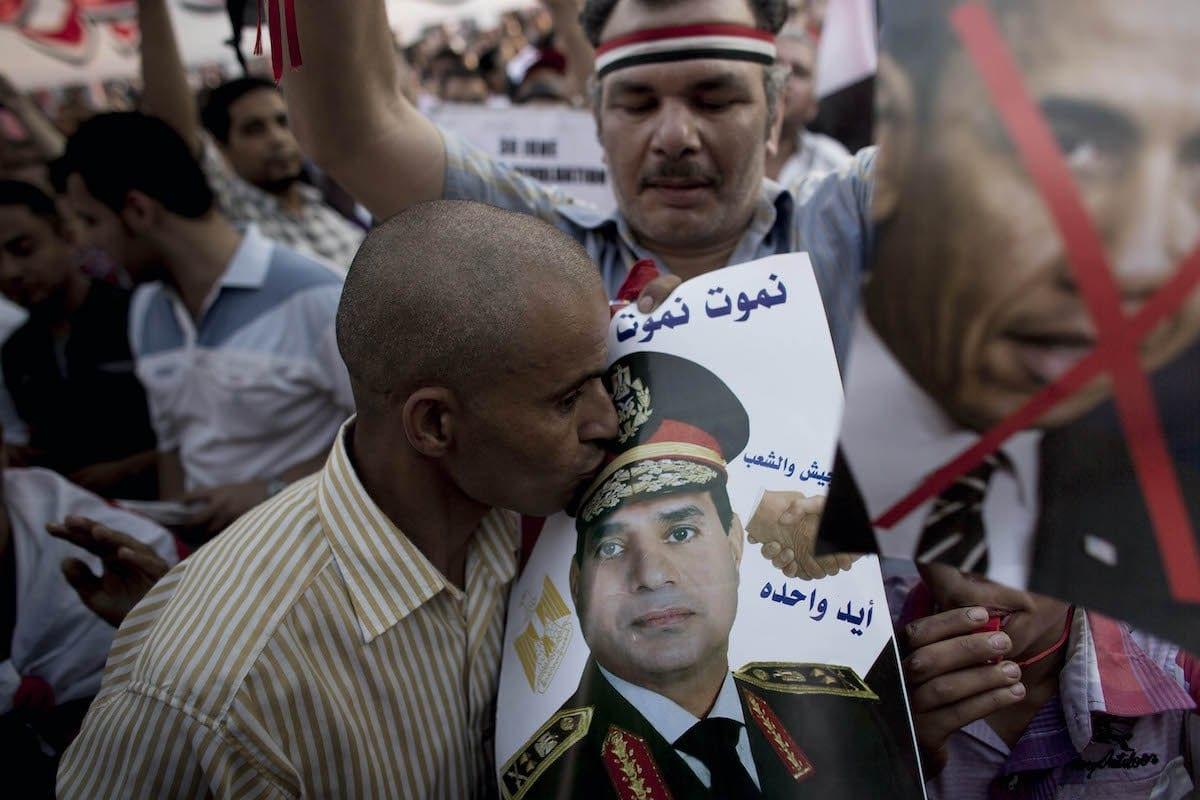 Homem egípcio beija uma fotografia do general Abdel Fattah el-Sisi, em manifestação pró-governo na Praça Tahrir, Cairo, Egito, 7 de julho de 2013 [Carsten Koall/Getty Images]
