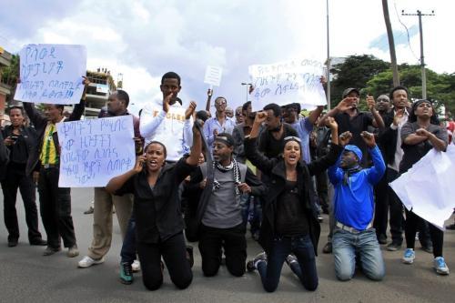 Etíopes realizam uma manifestação na Embaixada da Arábia Saudita em Addis Abeba em 15 de novembro de 2013, contra uma repressão aos imigrantes ilegais na Arábia Saudita que, segundo autoridades, deixou três etíopes mortos [Stringer/ AFP via Getty Images]