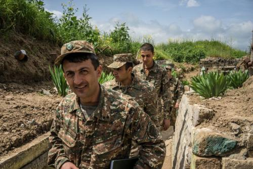 Membros das forças armadas de Nagorno-Karabakh, posicionados ao longo da linha de contato com forças do Azerbaijão, em 21 de abril de 2015 [Brendan Hoffman/Getty Images]