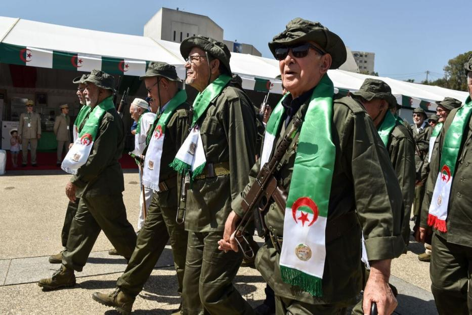 """Veteranos do """"Exército de Libertação Nacional"""" argelino (Moudjahidine) que lutaram durante a guerra de independência em 5 de julho de 2017 [Ryad Kramdi/ AFP via Getty Images]"""