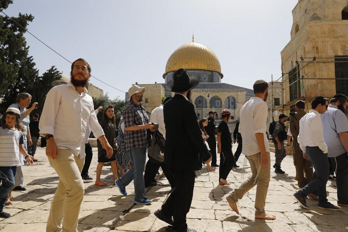 Colonos israelenses, escoltados pela polícia da ocupação de Israel, invadem o complexo da Mesquita de Al-Aqsa, em Jerusalém, 2 de junho de 2019 [Ahmad Gharabli/AFP/Getty Images]