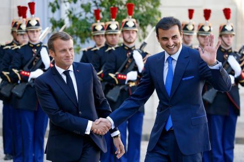 O presidente francês Emmanuel Macron (esq) dá as boas-vindas ao Emir do Qatar Sheikh Tamim bin Hamad Al Thani (dir), em Paris, França, em 19 de setembro de 2019 [Chesnot / Getty Images]
